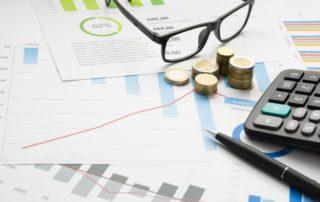 Instruments financiers et lunettes sur feuilles