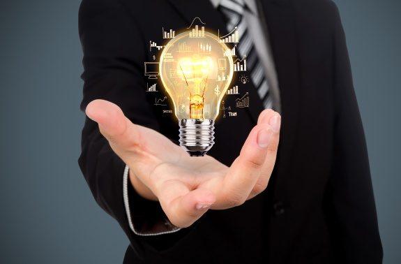 Entrepreneur tenant une ampoule, symbole d'innovation Jugaad